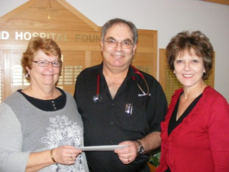 Dr.__Mrs_Niemann_presenting_a_cheque_for_the_new_clinic-small.jpg